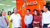 Bí thư Thành ủy TPHCM Nguyễn Thiện Nhân  thăm Công ty Daco Logistics, quận 4. Ảnh: Việt Dũng