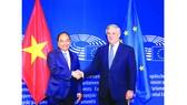 Thủ tướng Nguyễn Xuân Phúc gặp Chủ tịch Nghị viện châu Âu Antonio Tajani.  Ảnh: TTXVN