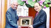 Thủ tướng  Nguyễn Xuân Phúc tặng quà lưu niệm cho ông Kamal Malhotra, Điều phối viên thường trú LHQ, Đại diện thường trú Chương trình phát triển LHQ (UNDP) tại Việt Nam. Ảnh: TTXVN