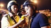 """Cảnh sát giao thông TPHCM xử lý """"ma men"""" tại ngã tư Hàng Xanh"""
