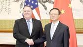 Ngoại trưởng Mỹ Mike Pompeo (trái) và Ủy viên Bộ Chính trị Trung Quốc Dương Khiết Trì trong một cuộc gặp tại Bắc Kinh