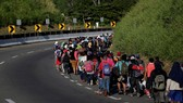 Một đoàn người di cư từ Trung Mỹ tìm đường qua Mexico đến nước Mỹ. Ảnh: Reuters