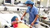Các bác sĩ đang cứu chữa cho bé Ng.Th.M. bị ngộ độc do ăn thịt cóc