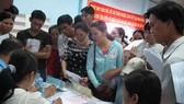 Người lao động làm thủ tục hưởng trợ cấp thất nghiệp tại Trung tâm Dịch vụ việc làm TPHCM. Ảnh: HỒNG NHUNG