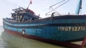 Tàu cá bị tông đã được lai dắt vào bờ.