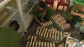 Công an kiểm kê số dầu tràm dỏm tại cơ sở sản xuất kinh doanh dầu tràm Phước Quy