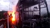Lực lượng chức năng tại hiện trường đang khống chế và dập lửa
