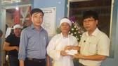 Đại diện Báo SGGP trao tiền hỗ gia đình chú rể Nguyễn Khắc Long - nạn nhân trong vụ tai nạn giao thông thảm khốc tại Quảng Nam.