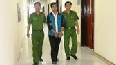 Công an bắt giữ, áp giải đối tượng Nguyễn Văn Tuấn. (Ảnh Công an tỉnh Hà Tĩnh)