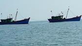 """Hai tàu cá giã cào khai thác hải sản """"tận diệt"""" trái phép ven bờ biển bị phát hiện, xử lý vào sáng 20-5"""
