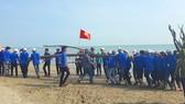 Đoàn viên, thanh niên ở huyện Nghi Xuân, tỉnh Hà Tĩnh dọn dẹp, xử lý vệ sinh môi trường dọc bờ biển