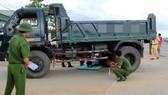 Lực lượng chức năng tiến hành thực nghiệm lại hiện trường vụ tai nạn. (Nguồn ảnh Văn Dũng)