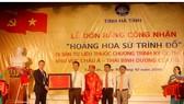 """Trao bằng công nhận """"Hoàng hoa sứ trình đồ"""" cho đại diện dòng họ Nguyễn Huy ở làng Trường Lưu và chính quyền địa phương"""