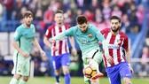 Atletico (đỏ trắng) cần phải tìm cách phong tỏa Messi. Ảnh: Getty Images