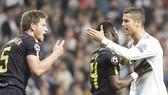 Ronaldo (trắng) và Vertonghen cãi nhau sau tình huống va chạm.Ảnh: Getty Images