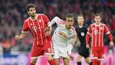 Một trong những quyết định đầu tiên của HLV Jupp Heynckes khi trở lại Bayern Munich là đẩy Javi Martinez (trái) lên chơi ở hàng tiền vệ. Ảnh: Getty Images