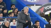 Jose Mourinho thừa nhận lo lắng về cách biệt 8 điểm. Ảnh: Getty Images