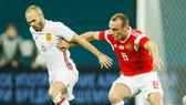 Denis Glushakov (phải, Nga) tranh bóng với Andres Iniesta (Tây Ban Nha). Ảnh: Getty Images