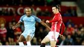 \Vincent Kompany (trái) tranh bóng với Zlatan Ibrahimovic ở trận derby Manchester. Ảnh: Getty Images