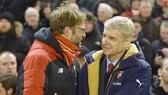 HLV Arsene Wenger (phải) liệu sẽ lần đầu giành điểm trước Jurgen Klopp? Ảnh: Getty Images