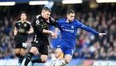 Eden Hazard (phải, Chelsea) đang quá tải gặp khó trước sự bám sát của Marc Albrighton (Leicester). Ảnh: Getty Images