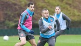 Henrikh Mkhitaryan (trái) có buổi tập đầu tiên cùng Arsenal. Ảnh: Getty Images