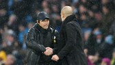 Antonio Conte (trái) thừa nhận thua tâm phục khẩu phục trước đồng nghiệp Pep Guardiola. Ảnh: Getty Images