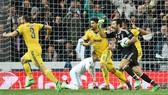 Buffon phản ứng kịch liệt vói quyết định của trọng tài. Ảnh: Getty Images