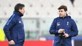 HLV Mauricio Pochettino (phải) tin rằng Tottenham không xảy ra bất ổn nội bộ nào. Ảnh: Getty Images