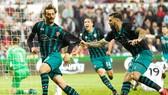 Manolo Gabbiadini (trái) ghi bàn thắng quý như vàng giúp Southampton gần chắc chắn trụ hạng. Ảnh: Getty Images