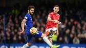 Ngoài Jose Mourinho, thứ bảy này Cesc Fabregas (trái) cũng đối đầu đồng đội cũ Nemanja Matic. Ảnh: Getty Images