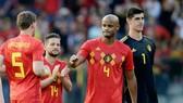 Vincent Kompany ngán ngẩm rời sân trong sự động viên của đồng đội. Ảnh: Getty Images