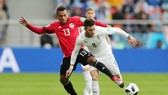 Mohamed Abdelshafy (trái, Ai Cập) tranh bóng với Nahitan Nandez (Uruguay). Ảnh: Getty Images