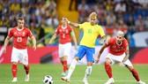 Neymar luôn nhận được sự chăm sóc đặc biệt từ 2-3 cầu thủ Thụy Sĩ. Ảnh Getty Images