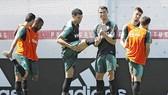 Ronaldo tận tình giúp Pepe trong buổi tập. Ảnh AP.
