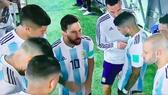 Hình ảnh Messi nói chuyện với toàn đội được tán dương. Ảnh cắt từ clip