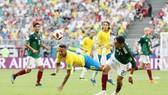 Một tình huống Neymar bị phạm lỗi ở trận thắng Mexico. Ảnh: Getty Images
