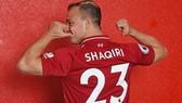 Xherdan Shaqiri hào hứng khoe số áo trong ngày ra mắt Liverpool. Ảnh: Getty Images