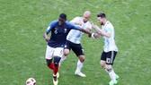 Pogba thể hiện tinh thần chiến binh trước Messi và đồng đội. Ảnh: Getty Images