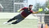 Thủ thành Alisson đã có những chuyển động đầu tiên trong màu áo Liverpool. Ảnh: Getty Images