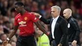 Dù Paul Pogba mang băng đội trưởng, chơi tốt và thân thiện với HLV Jose Mourinho thì tin đồn vẫn diễn ra. Ảnh: Getty Images