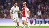Không mua được De Jong (phải), Barca sẽ chuyển sang Rabiot. Ảnh Getty Images.