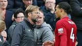 HLV Jurgen Klopp đã khá lo lắng khi phải rút Virgil van Dijk khỏi sân. Ảnh: Getty Images