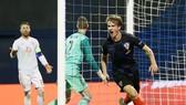 Tin Jedvaj ăn mừng với bàn thắng quyết định. Ảnh: Reuters