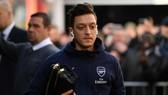 Mesut Oezil đến sân nhưng không được thi đấu. Ảnh: Getty Images