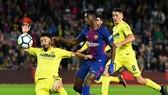 Ousmane Dembele (Barcelona) xông xáo giữa hàng phòng ngự Villarreal. Ảnh: Getty Images