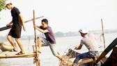 """Đội chống """"sa tặc"""" làng Trung Yên tham gia tuần tra trên sông"""
