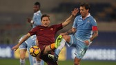 Lucas Biglia (phải, Lazio) phạm lỗi với Francesco Totti (AS Roma) trong trận bán kết Cúp Italia hồi tháng 3.