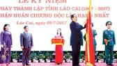 Chủ tịch nước Trần Đại Quang gắn Huân chương Độc lập hạng nhất lên cờ truyền thống của tỉnh Lào Cai