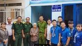 Đại diện UBND phường Long Bình cùng doanh nghiệp, Hội cựu chiến binh, Hội phụ nữ, chiến sĩ tình nguyện Hành quân xanh... bàn giao Mái ấm tình thương cho cụ Hoàng Thị Mai 81 tuổi